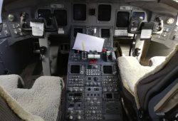 CRJ 700 COCKPIT (2)